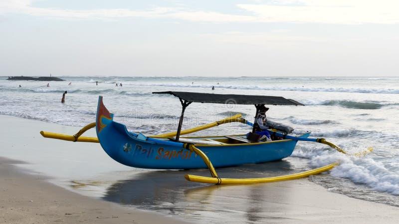 KUTA INDONEZJA, CZERWIEC, -, 15, 2017: zakończenie w górę łodzi rybackiej na kuta plaży, Bali zdjęcia royalty free