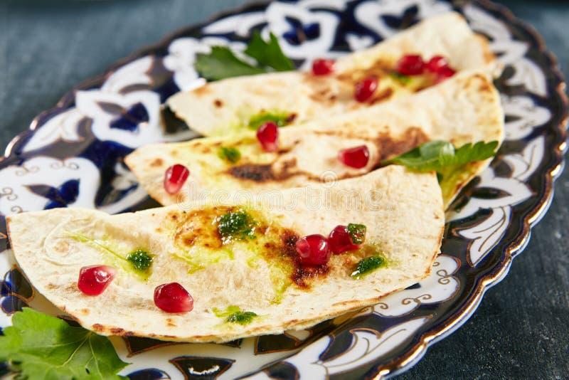 Kutab или Qutab с сыром и зелеными цветами стоковые изображения rf