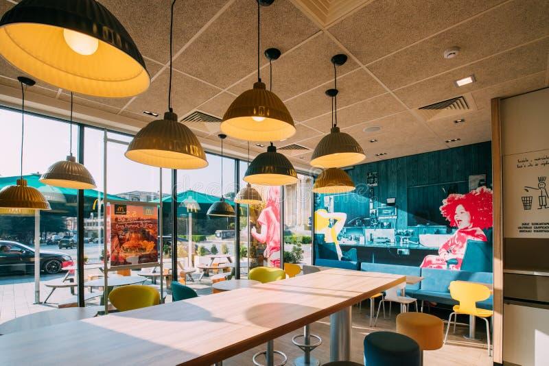Kutaisi, Georgië Binnenland van McDonalds-Restaurant Het Mcdonald` s Bedrijf is Wereld` s Grootste Ketting snel van Hamburger royalty-vrije stock foto's