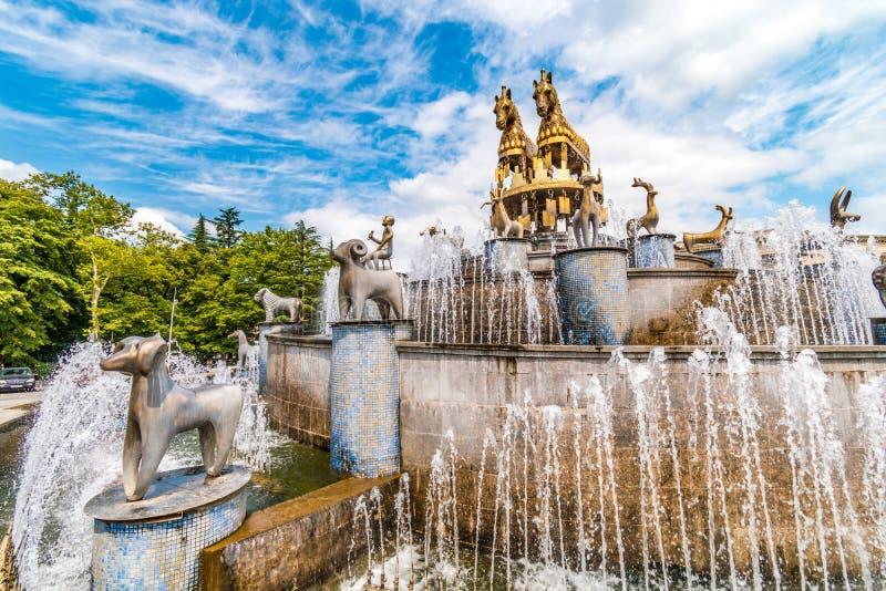 Kutaisi kvadrerar springbrunnen med hästskulptur, Kutaisi, Georgia arkivfoton