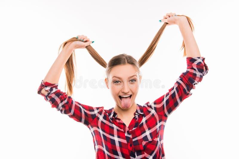 Kute girl die met uitstek tong en grappige trottoirs jokt stock afbeelding
