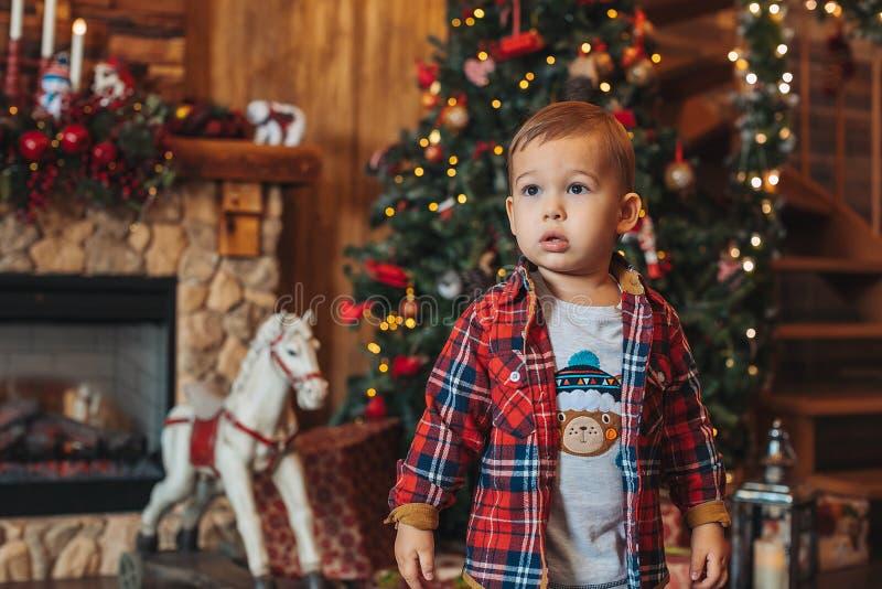 Kute twee jaar jongen met kerstversieringen royalty-vrije stock foto's
