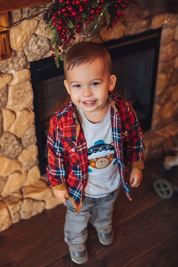 Kute twee jaar jongen met kerstversieringen royalty-vrije stock fotografie