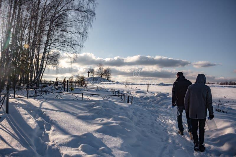 Kutepovo Ryssland - Februari 2018: Sikt till utkanten av en lantlig kyrkogård i byn royaltyfri bild
