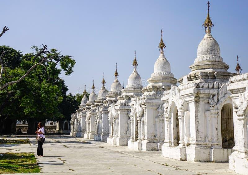 Kuthodaw-Pagode in Mandalay, Myanmar stockfotos