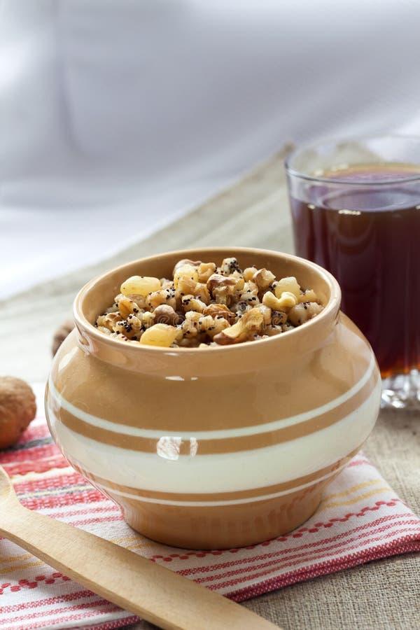 Kutia -甜五谷布丁,在东欧国家的圣诞前夕晚饭传统第一个盘  图库摄影