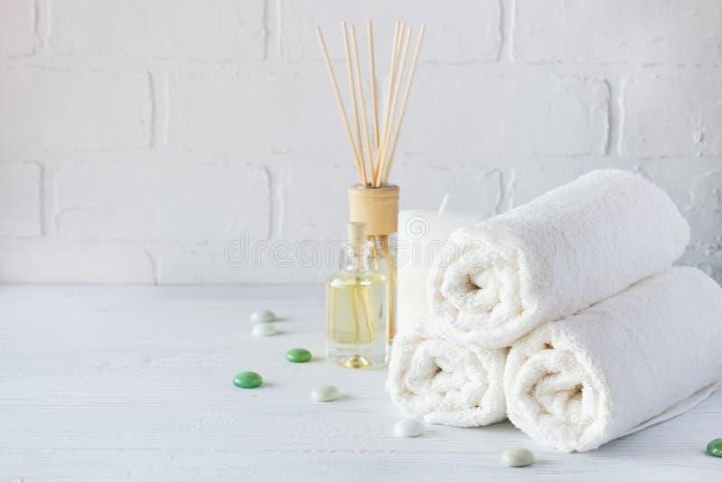 Kuuroord aromatherapy achtergrond Stilleven met witte handdoek, badolie, massageborstel stock afbeeldingen