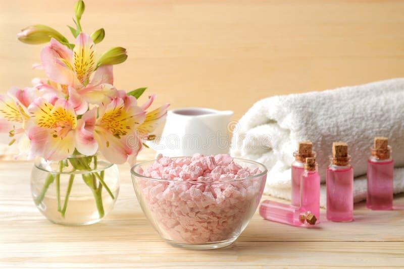 Kuuroord Aromatherapy Lichaamsverzorgingschoonheidsmiddelen en overzees van de aromaolie zout op een natuurlijke houten achtergro royalty-vrije stock fotografie