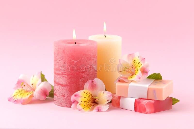 Kuuroord Aromatherapy Lichaamsverzorgingschoonheidsmiddelen Met de hand gemaakte zeep en kaarsen op een zachte roze achtergrond royalty-vrije stock fotografie