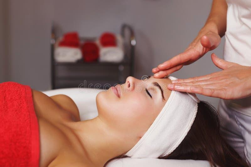 Kuuroord - 7 Close-up van een Young Woman Getting Spa Behandeling stock foto