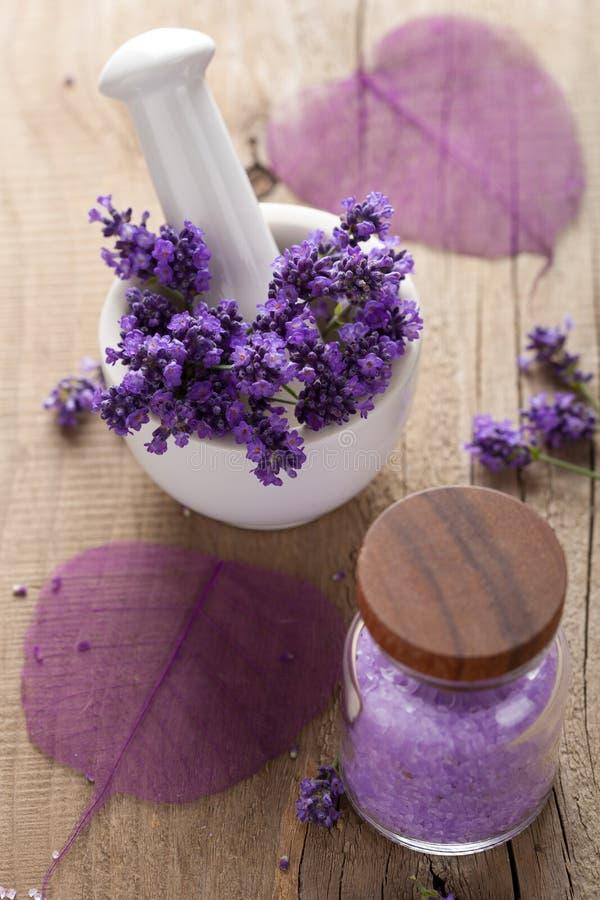 Kuuroord dat met verse lavendel wordt geplaatst royalty-vrije stock afbeelding