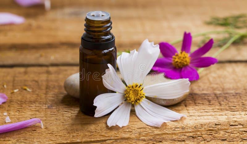 Kuuroord en aromatherapy essentie Bloemenetherische oliefles met F stock foto's