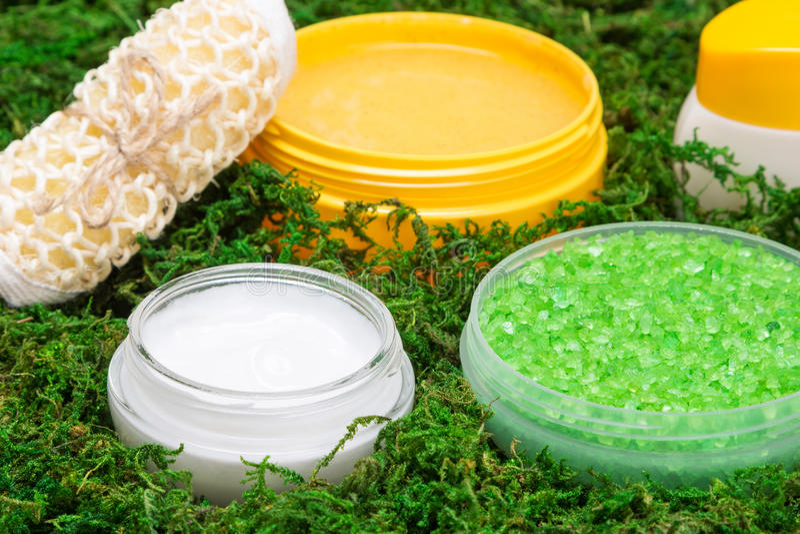 Kuuroord en het vertroetelen van producten op groen mos stock afbeeldingen