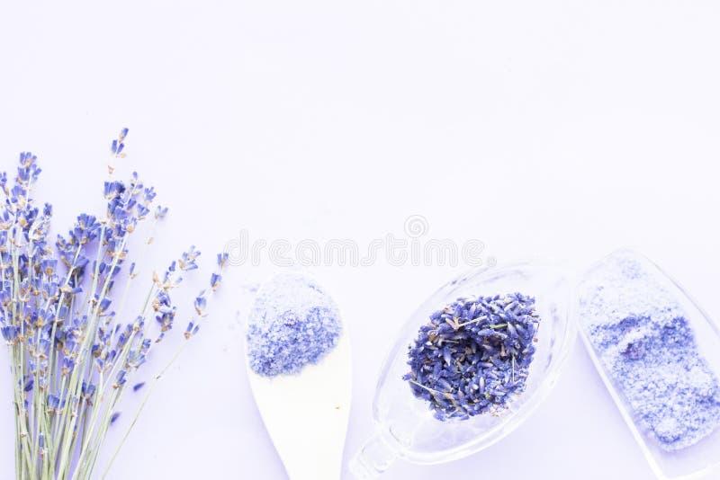 Kuuroord en wellness die met lavendel het plaatsen bloeien, overzees zout, olie in een fles, aromakaars op houten witte achtergro stock fotografie