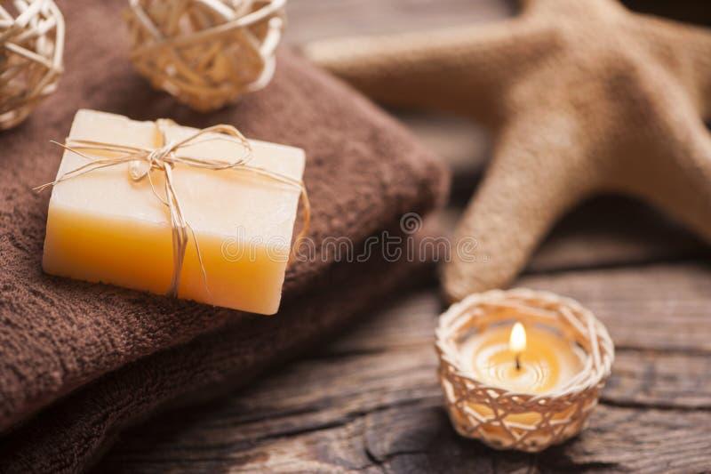 Kuuroord en wellness die met natuurlijke zeep, kaarsen en handdoek plaatsen royalty-vrije stock foto's