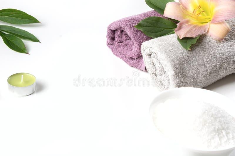 Kuuroord het plaatsen van handdoek, bloem, koffiebonen op witte achtergrond met exemplaarruimte ontspan stock foto's