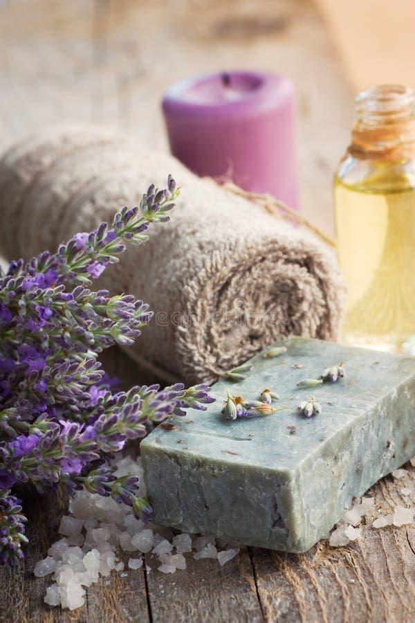 Kuuroord met lavendel en handdoek stock fotografie