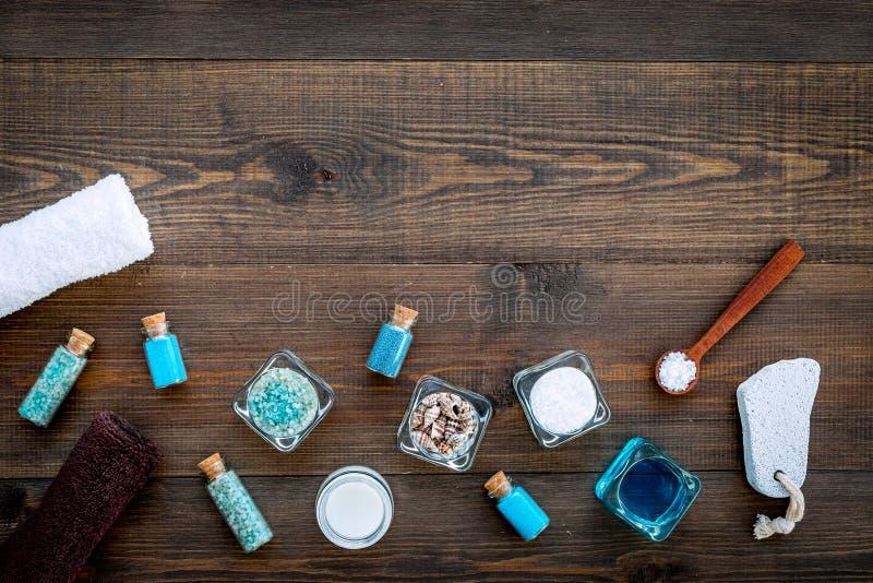 Kuuroord met overzees zout, handdoek wordt geplaatst, puimsteen voor voet op de donkere houten ruimte die van het achtergrond hoo royalty-vrije stock foto
