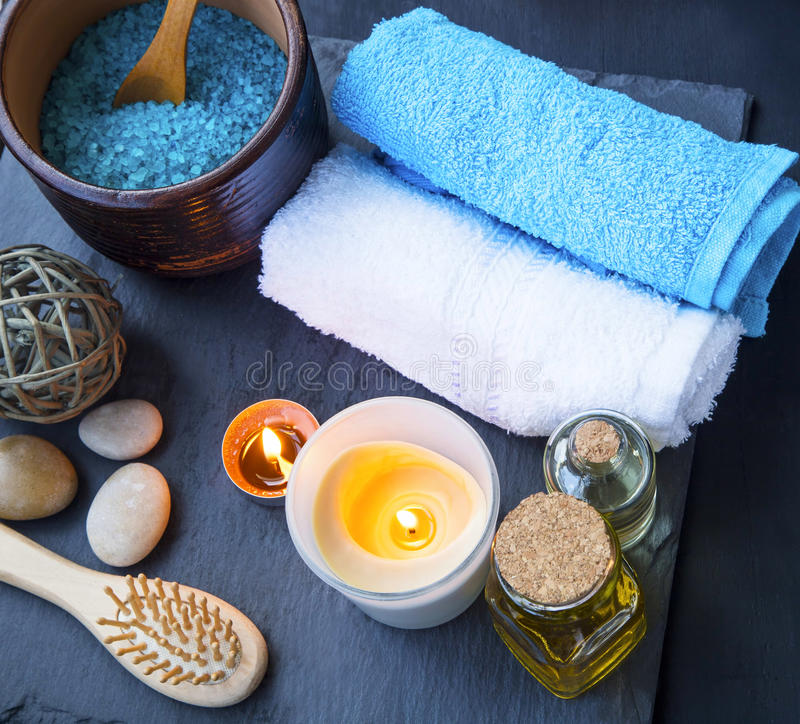 Kuuroord plaatsend stilleven met katoenen handdoeken, badolie en zout, bu stock foto