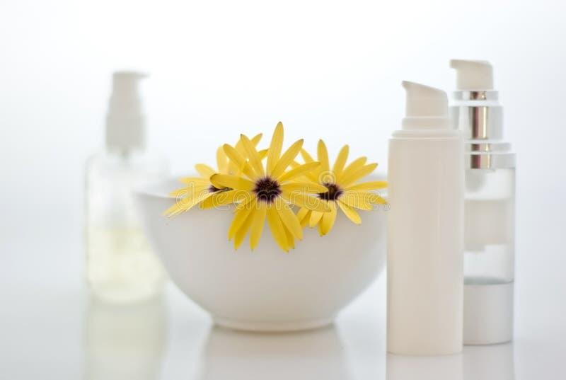 Kuuroord - schoonheidsmiddelen met bloemen stock foto