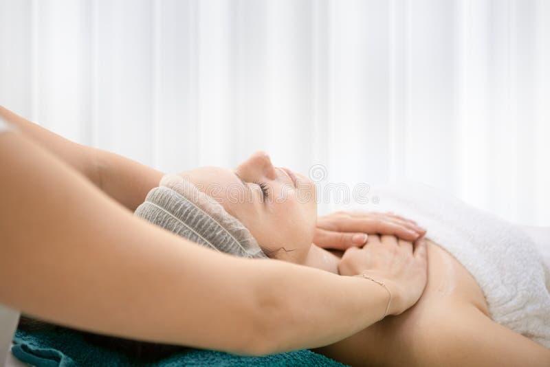 Kuuroord Schoonheidsvrouw die ontspannend lichaamsmassage in kuuroordsalon genieten van stock foto