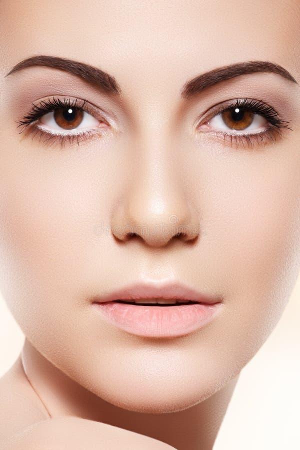 Kuuroord, skincare & gezondheid. Vrouw met schone zachte huid stock afbeelding