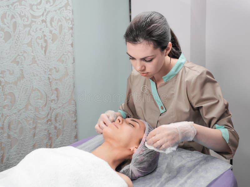 Kuuroord, therapie, voor, jongelui, vrouw, ontvangen, gezichts, masker, schoonheid, salon royalty-vrije stock afbeeldingen
