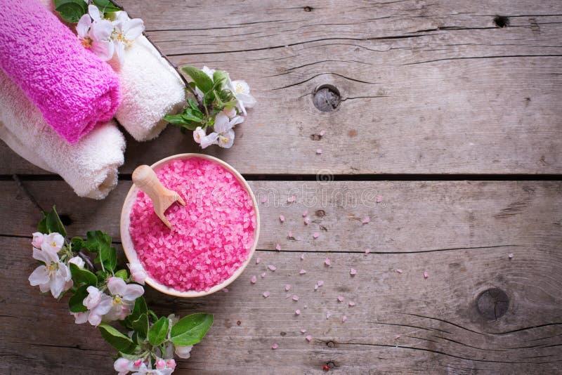 Kuuroord of wellnessbiologisch product Roze overzees zout in kom, handdoeken royalty-vrije stock afbeelding