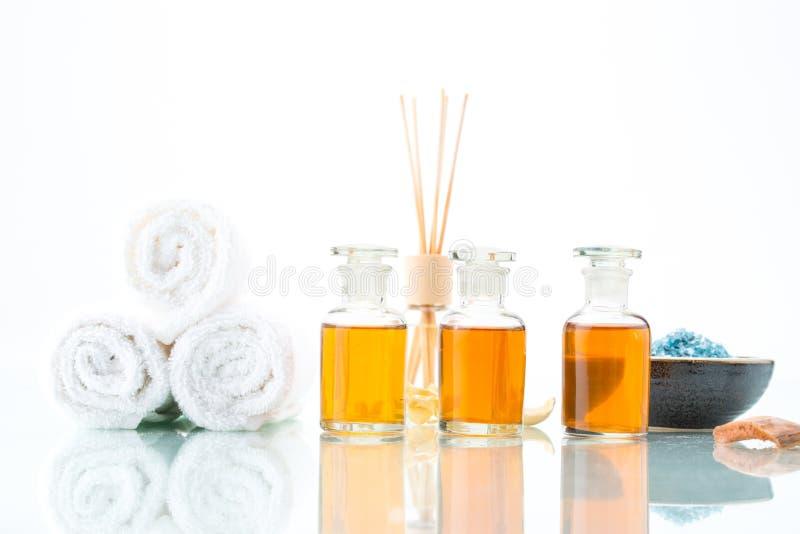 Kuuroordconcept met aromatherapy, etherische olie, en zout stock afbeeldingen