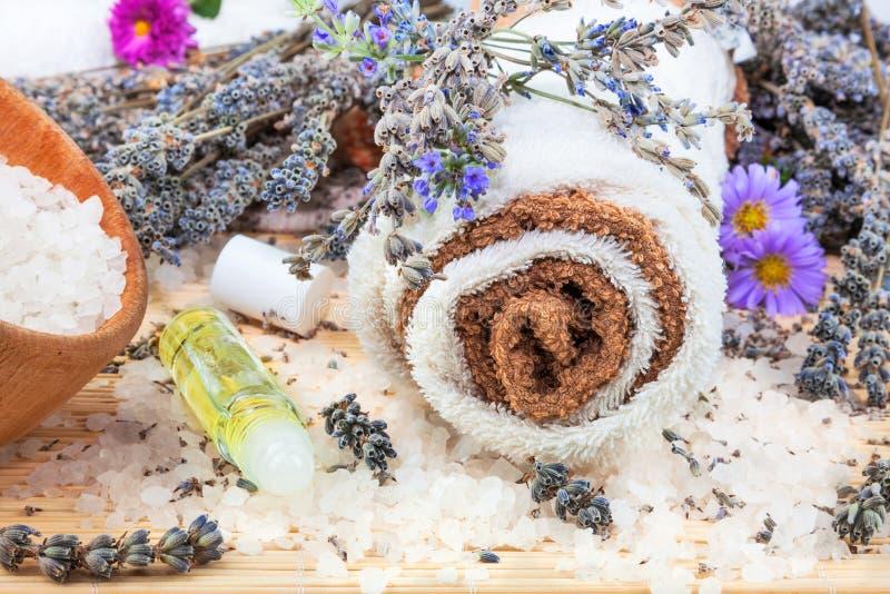 Kuuroordconcept met handdoeken, lavendel, aromaolie en overzees zout stock foto