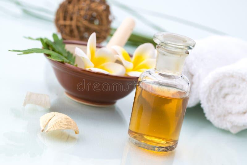 Kuuroordconcept met met de hand gemaakt kruid, Bloemen, blad, etherische olie en stock afbeeldingen