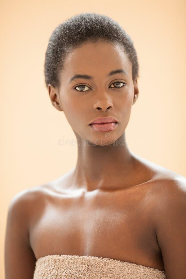 Kuuroordportret van een Jonge Afrikaanse Vrouw royalty-vrije stock foto's