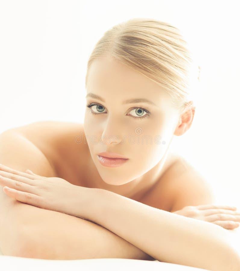 Kuuroordportret van jonge, gezonde en mooie vrouw op wit royalty-vrije stock foto