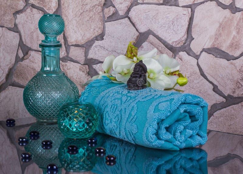 Kuuroordsalon in blauwe kleuren met kleine Boedha stock fotografie