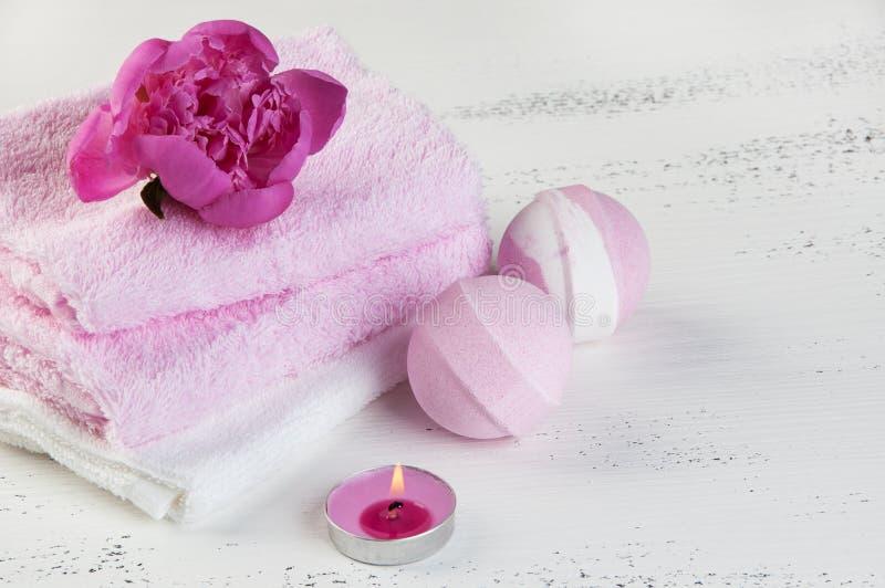 KUUROORDsamenstelling met badbommen en roze pioen stock afbeelding