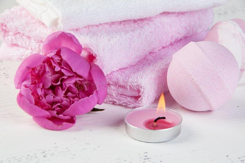 KUUROORDsamenstelling met badbommen en roze pioen royalty-vrije stock afbeelding