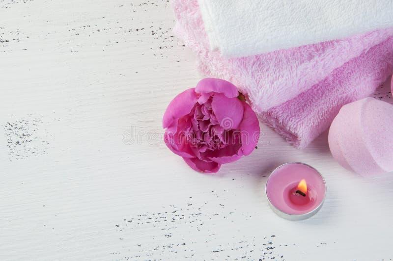 KUUROORDsamenstelling met badbommen en roze pioen royalty-vrije stock afbeeldingen