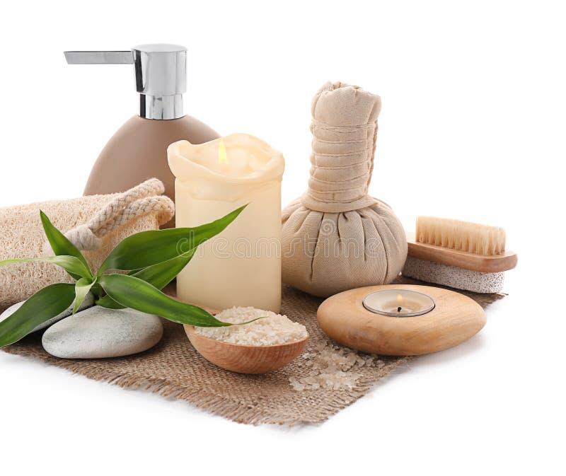 Kuuroordsamenstelling met kruidenzak en badtoebehoren op witte achtergrond royalty-vrije stock foto