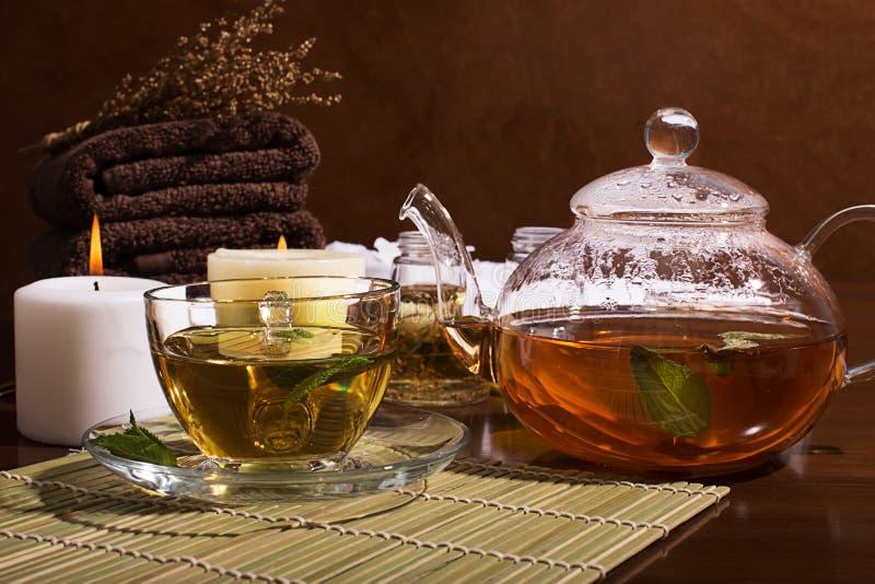 KUUROORDstilleven: groene thee, aromatische olie, handdoeken royalty-vrije stock afbeeldingen