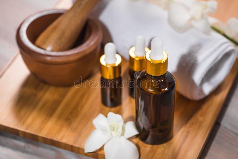 Kuuroordstilleven met handdoek, witte orchidee, badolie royalty-vrije stock afbeelding