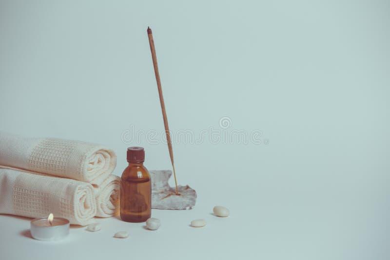 Kuuroordstilleven met handdoeken, stenen, badolie en kaars stock afbeelding