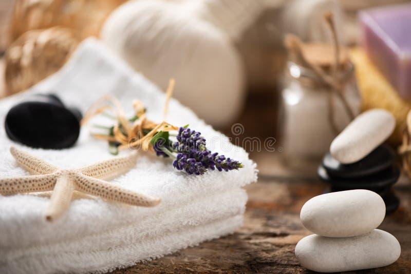 Kuuroordstilleven met lavendelzout stock foto's