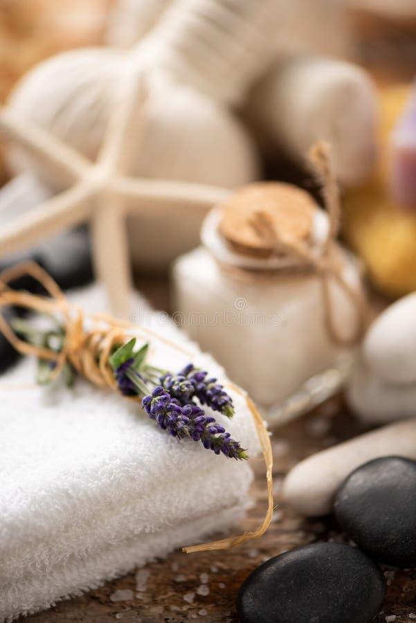 Kuuroordstilleven met lavendelzout stock fotografie