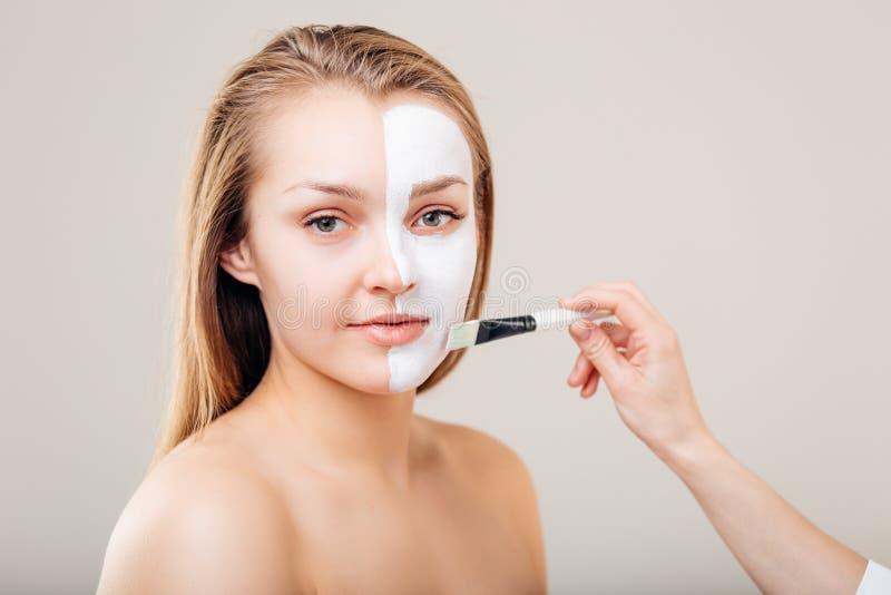 Kuuroordtherapie voor jonge vrouw die gezichtsmasker ontvangen bij schoonheidssalon - binnen royalty-vrije stock foto's