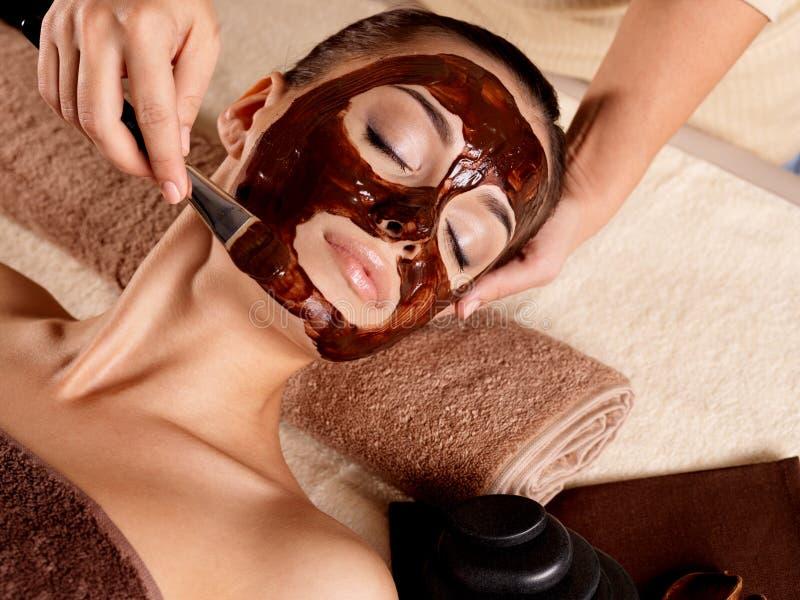 Kuuroordtherapie voor vrouw die gezichtsmasker ontvangen royalty-vrije stock foto