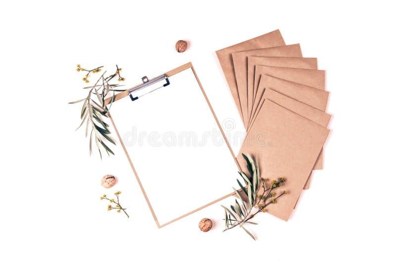 Kuvert, notepad, olivgröna filialer och tokig sammansättning royaltyfri foto