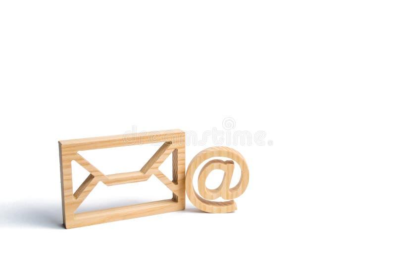 Kuvert- och emailsymbol på en vit bakgrund Begreppsemailadress Internetteknologier och kontakter för kommunikation royaltyfri foto