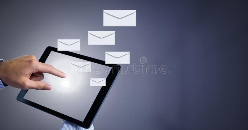 Kuvertbokstavsmeddelanden och hand genom att använda minnestavlan arkivbild