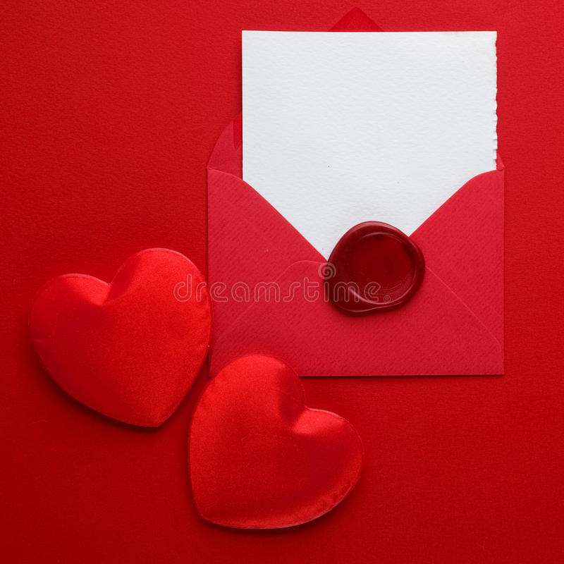 Kuvertpost-, hjärta- och vaxskyddsremsa på röd bakgrund Valentine Day Card, förälskelse- eller bröllophälsningbegrepp Top beskåda royaltyfria bilder