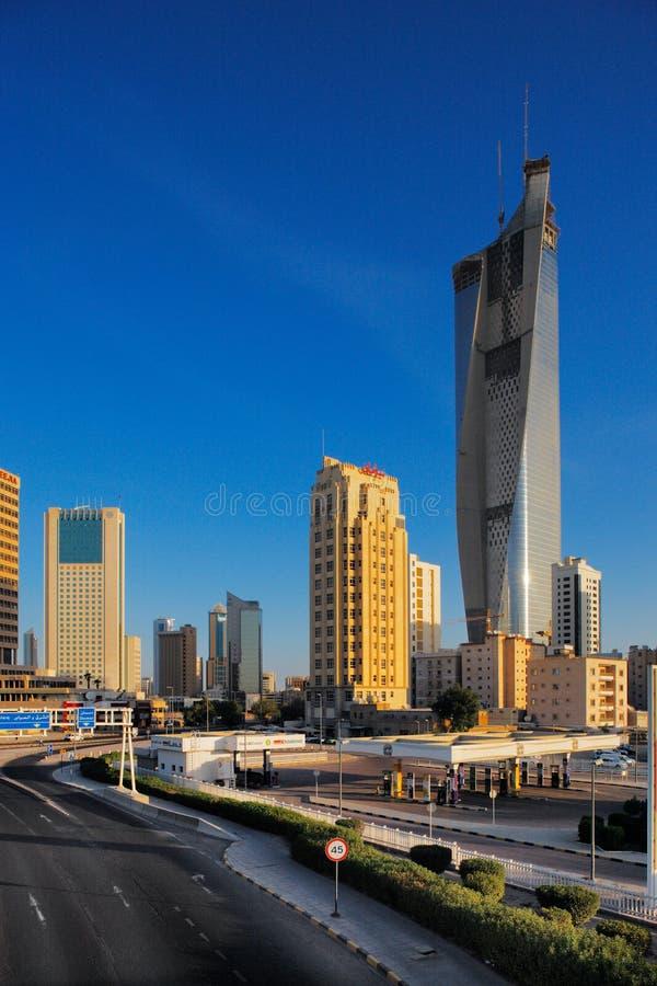 Kuwait City devient a peuplé par des gratte-ciel photos stock